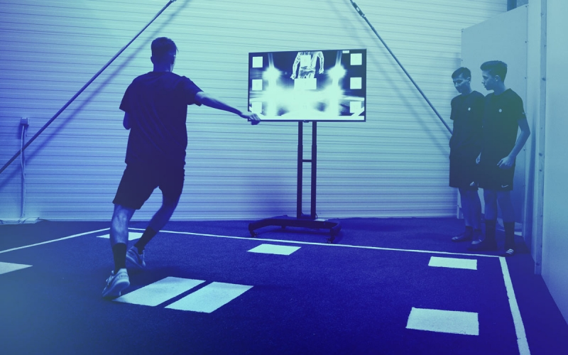Image showing a youth player during a training with the Speedcourt. Two other players are watching the training.