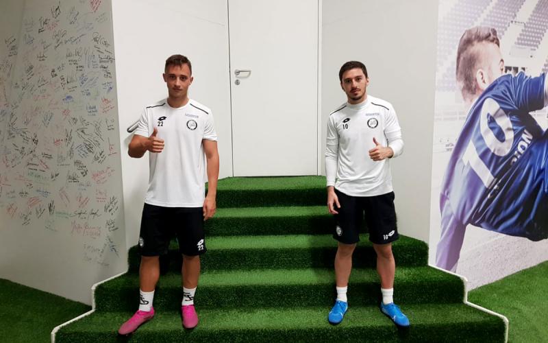 Sturm-Profis Tobias Koch und Otar Kiteishvili am Eingang zur skills.lab Arena in Wundschuh