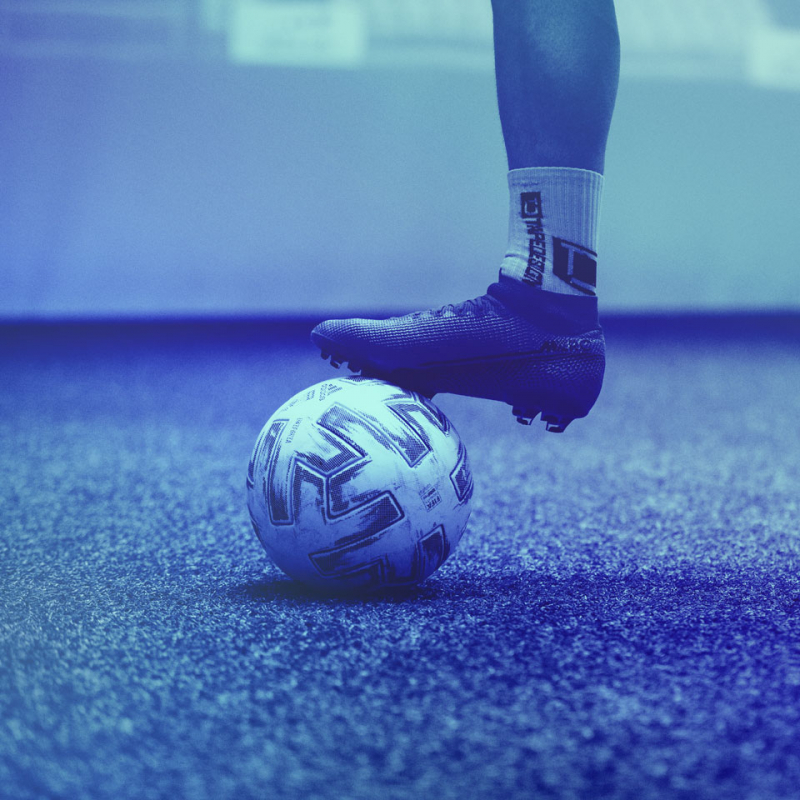 Detailaufnahme eines Spielerbeins und eines Balls in der skills.lab Arena