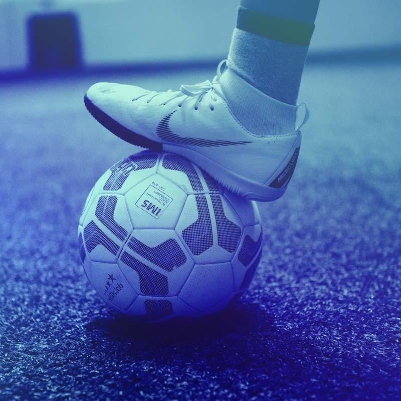 Sommerkurse 2020: Detailaufnahme Ball und Fuß