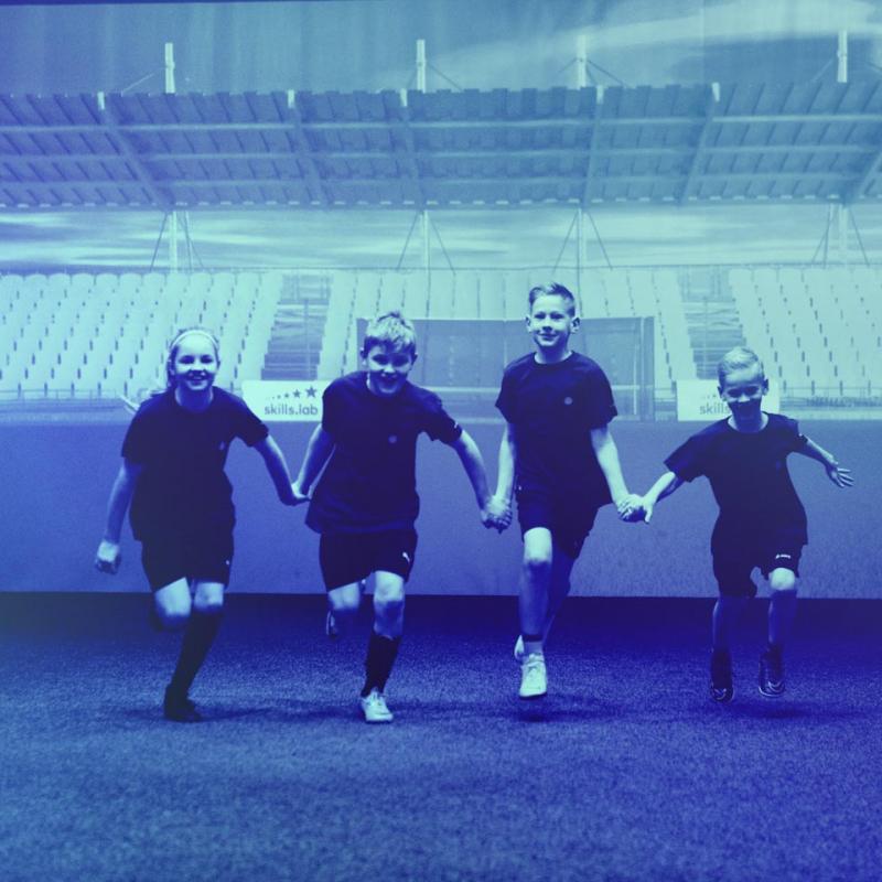 Foto von vier Kindern bei einem skills.lab Sommerkurs