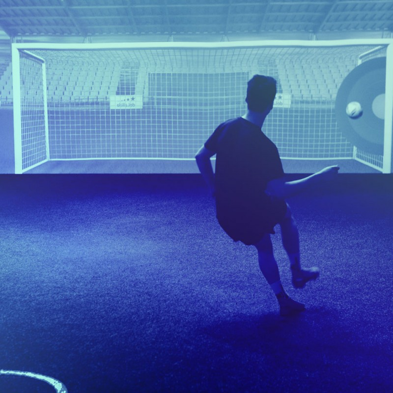 Vorteile - Aufnahme eines Spielers bei einer Torschussübung in der skills.lab Arena