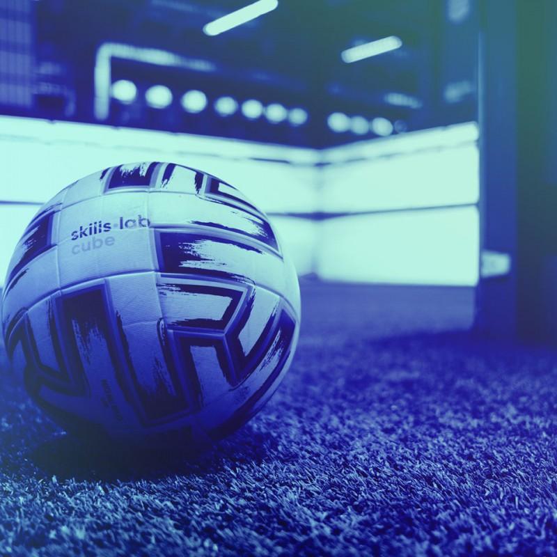 Nahaufnahme eines Fußballs im skills.lab Cube