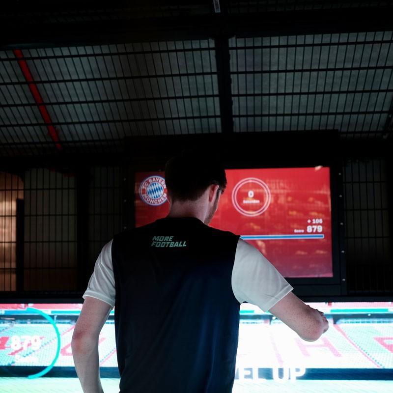 Aufnahme von außen in den skills.lab Cube in der FC Bayern World in München