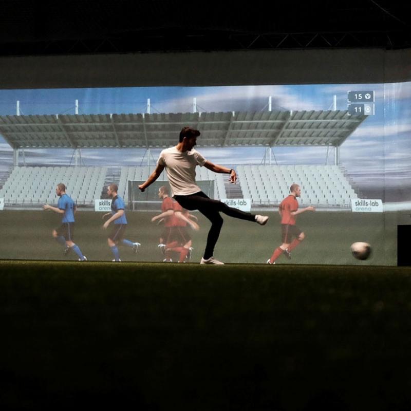 Projekt 12 - Bild eines Spielers während einer Passübung in der skills.lab Arena