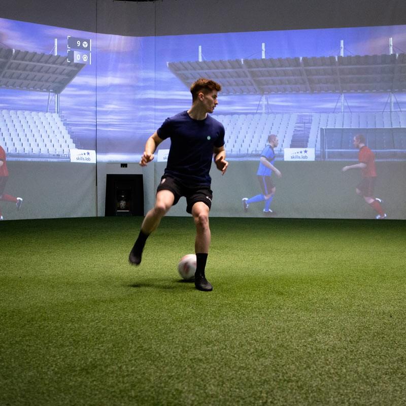 Frontalaufnahme eines erwachsenen Spielers während einer Übersichtsübung in der skills.lab Arena