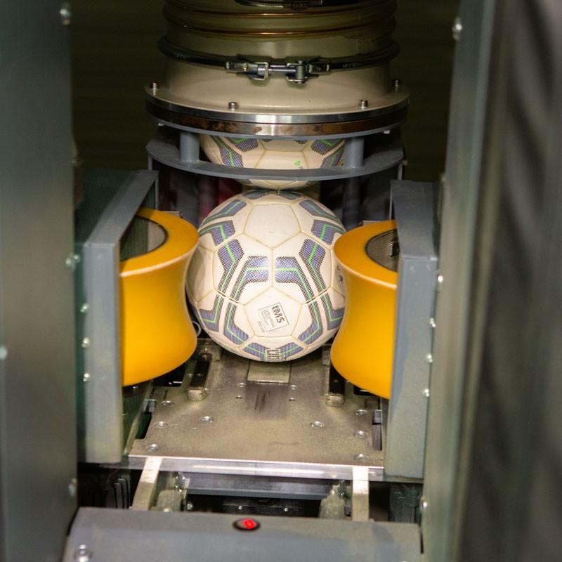 Detailaufnahme einer Ballmaschine in der skills.lab Arena, entwickelt von Anton Paar