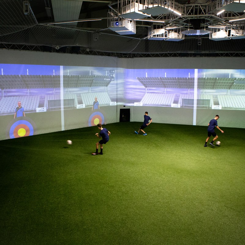 Aufnahme von oben zeigt drei jugendliche Spieler während einer parallelen Passübung in der skills.lab Arena