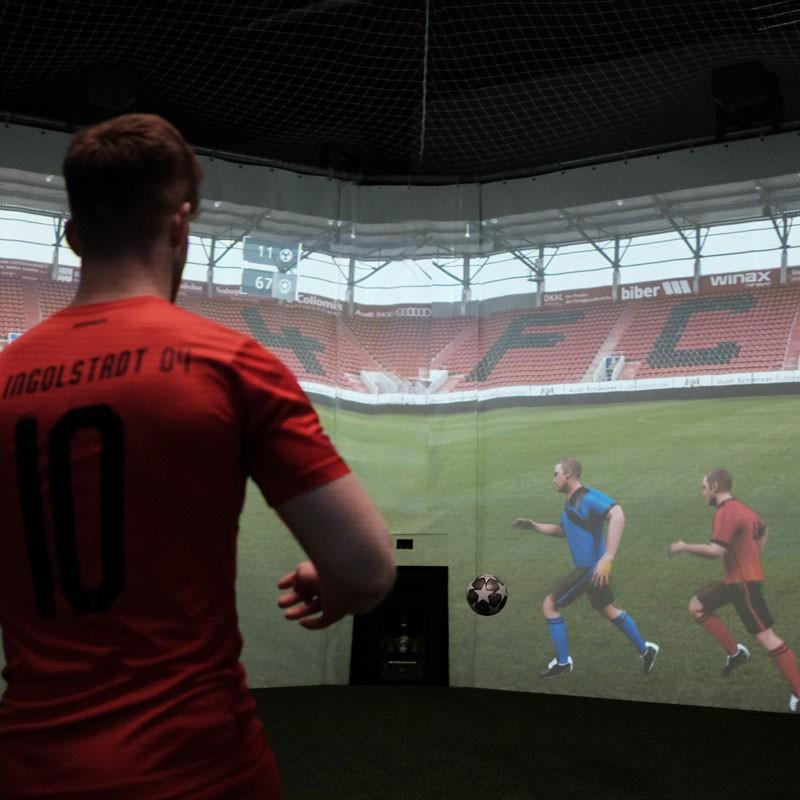 Blog - Ein Spieler bei einer Übersichtsübung in der skills.lab Arena in Ingolstadt