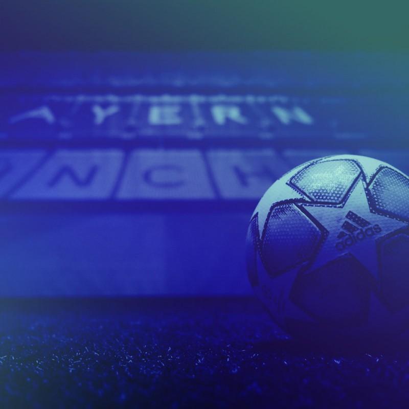 Kunden - Nahaufnahme eines Fußballs in der skills.lab Arena am FC Bayern Campus