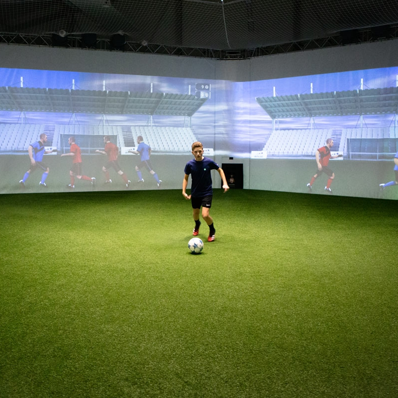 Skills Check EN - Image showing a youth player during an overview exercise in the skills.lab Arena in Wundschuh