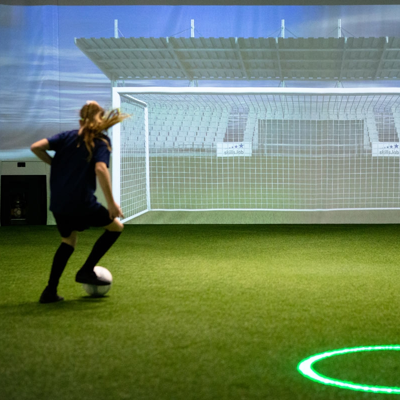 Skills Check - Image showing a young girl during a finishing exercise in the skills.lab Arena in Wundschuh
