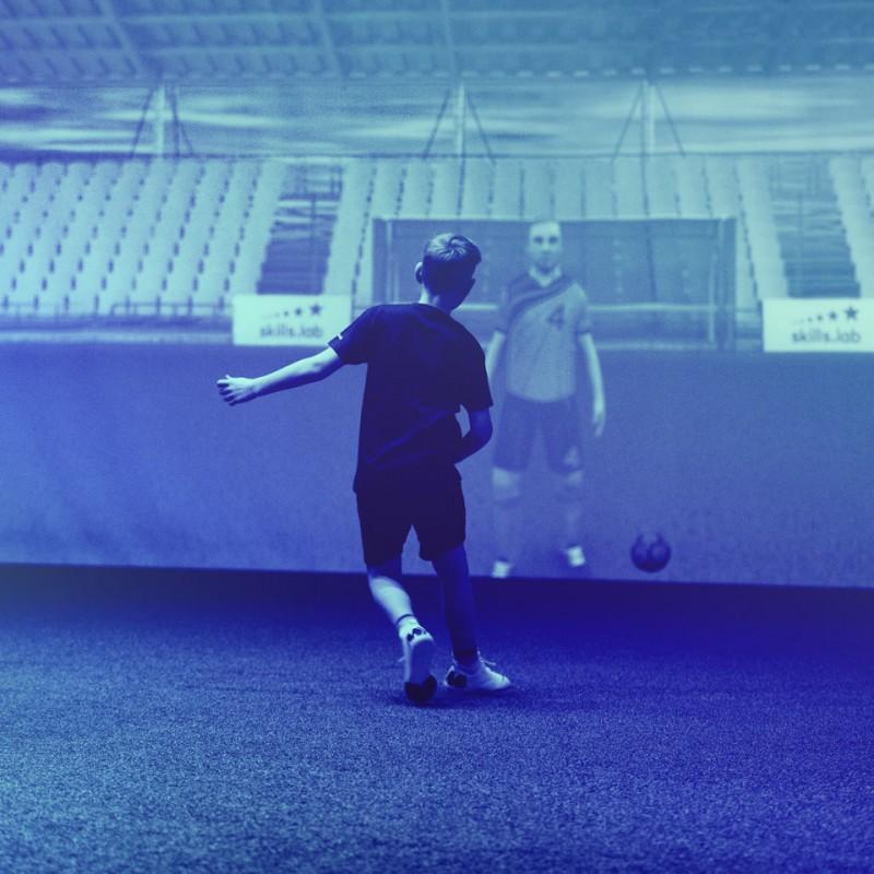 Skills Check Kinder - Ein Nachwuchsspieler bei einer Passübung in der skills.lab Arena in Wundschuh